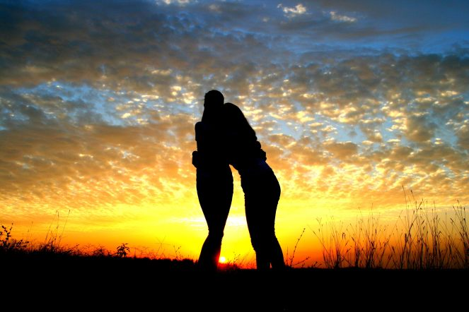 girl-sunset-balloons-friendship-sun-wallpaper